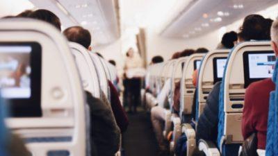 Мама запаниковала в самолёте, когда у её 4-летнего сына с аутизмом случился срыв, но пассажиры и экипаж спасли положение
