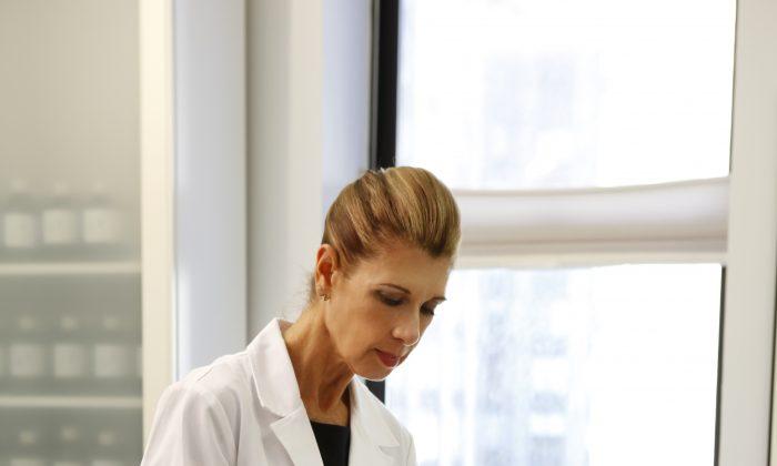 Лицензированный иглотерапевт Шелли Голдштейн лечит пациента косметической иглоукалыванием лица. В китайской медицине здоровая кожа считается результатом здоровых внутренних органов. (С любезного разрешения Шелли Голдштейн)   Epoch Times Россия