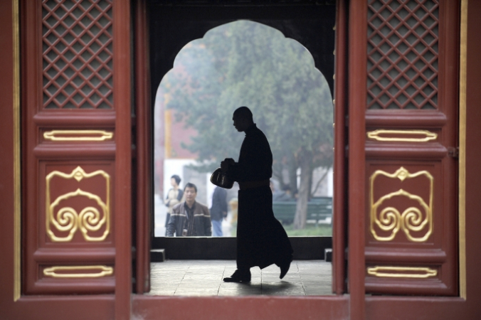 Монах в храме «Юнхэгун», Пекин, 24 октября 2012 года. Wang Zhao/AFP/Getty Images | Epoch Times Россия
