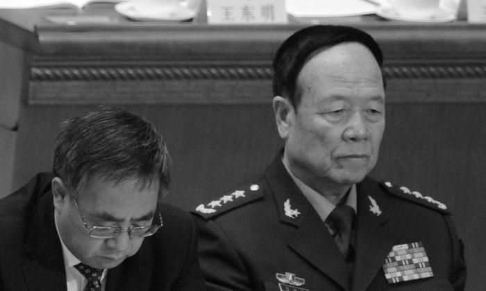 Секретарь компартии провинции Гуандун Ху Чуньхуа (слева) и заместитель председателя Центральной военной комиссии Го Боксюн. Го может стать следующей целью кампании против коррупции в вооруженных силах. (Го Чай Хин / AFP / Getty Images) | Epoch Times Россия