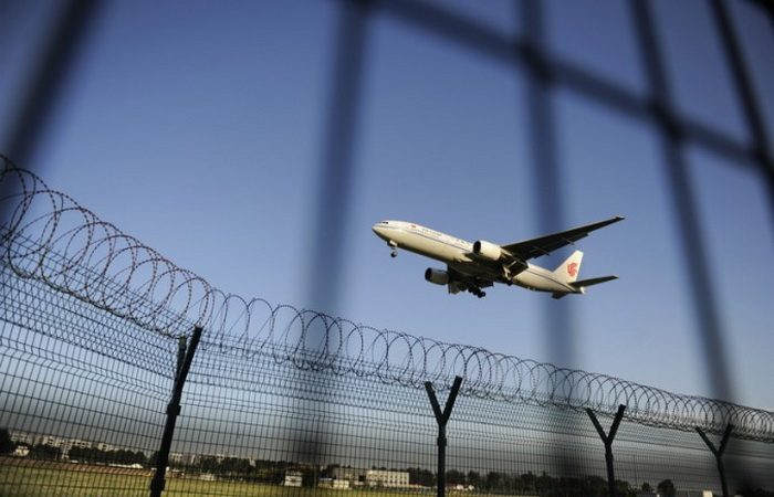 Самолёт Air China идёт на посадку в международном аэропорту Пекина 4 сентября 2012 года. Фото: WANG ZHAO/AFP/GettyImages | Epoch Times Россия
