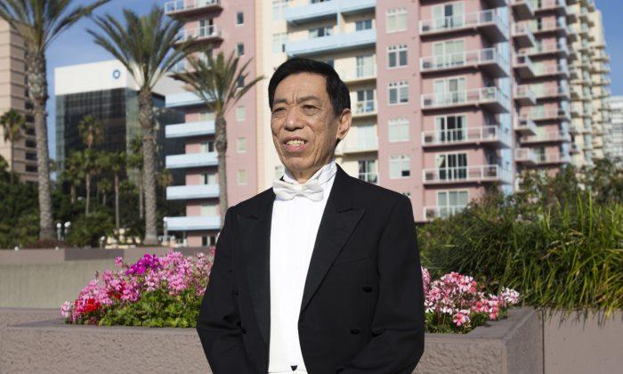 Тенор Гуйминь Гуань после участия в вечернем представлении Shen Yun Performing Arts в Terrace Theater в Лонг-Бич, 19 марта 2016 г. (Майкл Е / Epoch Times) | Epoch Times Россия