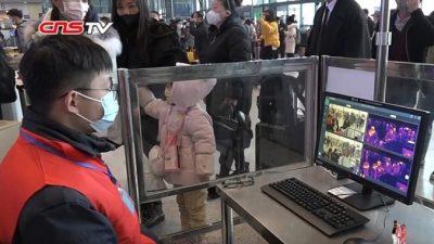 Жители Китая защищаются от нового коронавируса всеми возможными способами. В ход идут зубочистки и зажигалки
