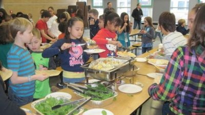 Первоклассников Волгоградской области будут кормить бесплатными горячими завтраками с 1 января