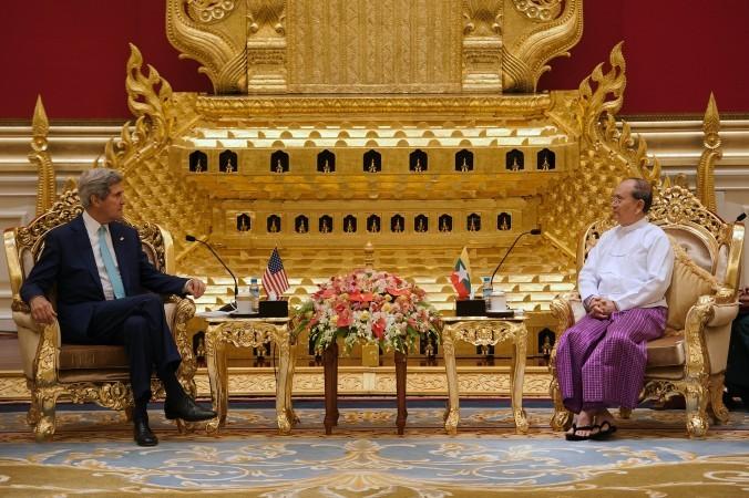 Госсекретарь США Джон Керри (слева) беседует с президентом Мьянмы (Бирмы) Тейном Сейном во время их встречи в Президентском зале в период проведения 47-й встречи министров иностранных дел АСЕАН в Нейпьидо, Мьянма, 9 августа 2014 года. Фото: Nicolas Asfouri/AFP/Getty Images | Epoch Times Россия