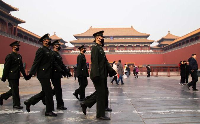 Китайские милиционеры идут мимо закрытого входа в Запретный город, Пекин, Китай, 26 января 2020 года. Betsy Joles/Getty Images   Epoch Times Россия