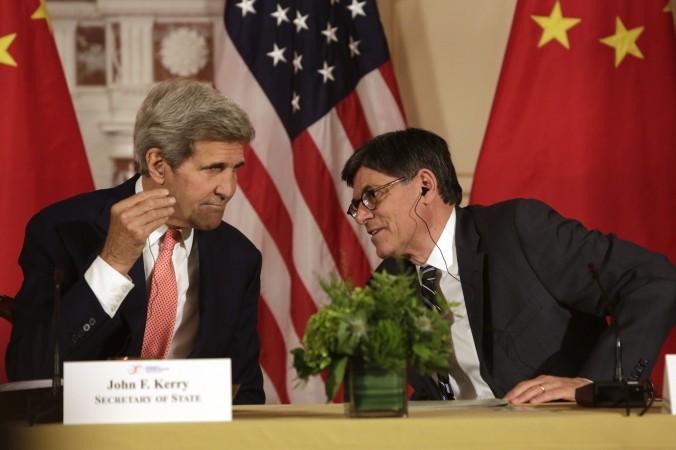 Госсекретарь США Джон Керри (слева) и секретарь американского казначейства Джейкоб Леу во время седьмого стратегического диалога США-Китай, Вашингтон, 24 июня 2015 года. Фото: Chris Kleponis/AFP/Getty Images   Epoch Times Россия