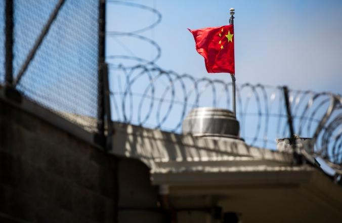 Флаг КНР развевается за колючей проволокой в Генеральном консульстве КНР в Сан-Франциско, Калифорния, 23 июля 2020 года. Philip Pacheco/AFP/Getty Images   Epoch Times Россия