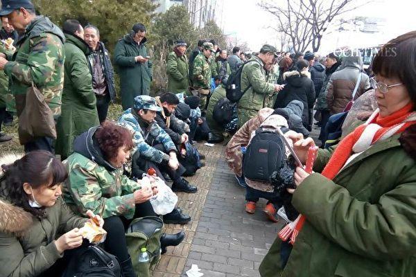 Более 10 тысяч бывших военнослужащих собрались в Пекине с обращением к Си Цзиньпину. Фото: epochtimes.com   Epoch Times Россия