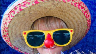 (Фото) Родимое пятно на носу превратило девочку в клоуна. Но родители не отчаивались и искали нужного врача