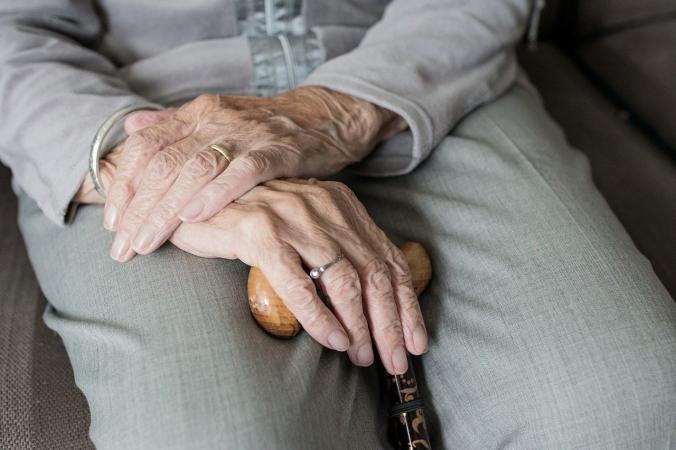 hand 366 676x450 1 - 5-летняя девочка впервые встретилась со слепой прабабушкой и вернула её к жизни