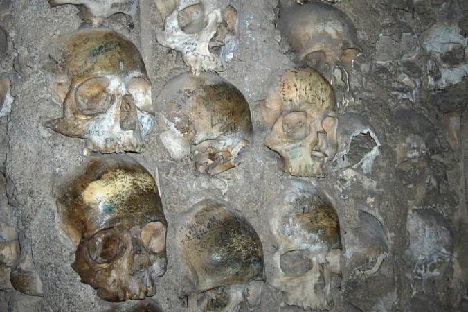 Фото вверху: Крупный план человеческих черепов, представляющих собой часть Костяной часовни в церкви святого Франциска в Эворе, Португалия. Фото: Georges Jansoone/en.wikipedia.org/CC BY-SA 2.5 | Epoch Times Россия
