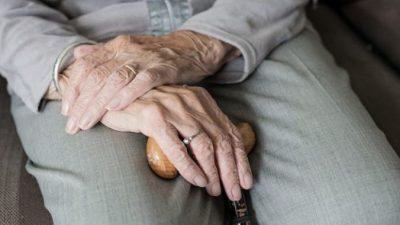 Старая мама 50-летнего умственно отсталого мужчины заболела и не могла больше заботиться о нём. И он понял, что теперь его очередь
