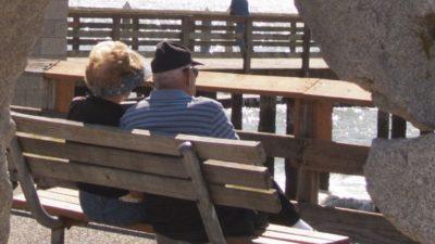 Любящий муж скончался ровно через год после смерти жены. Внучка заметила нечто странное незадолго до его кончины
