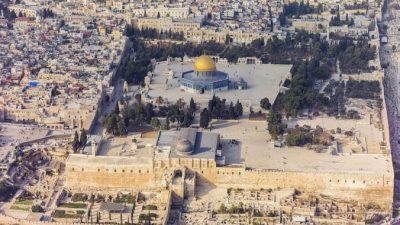 В Израиле неизвестный въехал на машине в группу людей