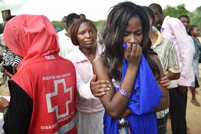 Освобождённые студенты-заложники университета в Кении. Фото: CARL DE SOUZA/AFP/Getty Images   Epoch Times Россия