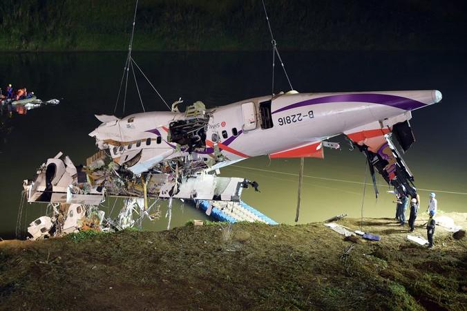 Работы по спасению пассажиров из самолёта Трансазия ATR 72-600, упавшего в реку в Тайване 4 февраля. Фото: SAM YEH/AFP/Getty Images | Epoch Times Россия