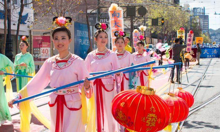 Последователи Фалуньгун провели парад в центре Сан-Франциско, чтобы отпраздновать Новый год 28 февраля 2015 года. Семьи практикующих Фалуньгун в Китае написали онлайн-послания, желая основателю Фалуньгун счастливого Нового года во время Фестиваля фонарей. (Чжоу Жун / Великая Эпоха) | Epoch Times Россия