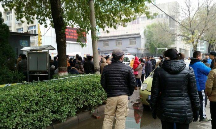 Полиция в штатском окружает здание суда в городе Цанчжоу на севере Китая 9 ноября 2015 года. Девять практикующих Фалуньгун предстают перед судом за то, что собрались в комнате и разговаривают друг с другом 17 августа 2014 года. (Великая Эпоха)   Epoch Times Россия