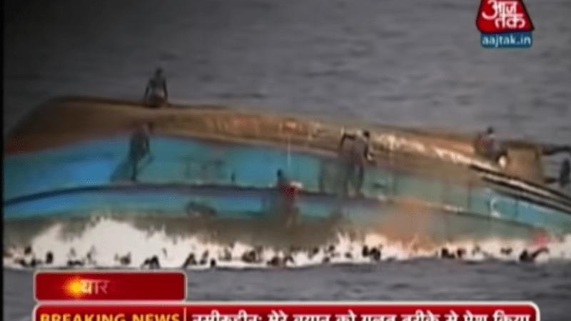 Перевернулось судно с мигрантами. Скриншот/youtube.com   Epoch Times Россия