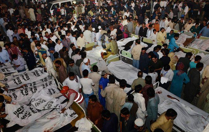 Люди ищут родственников среди жертв теракта, произошедшего на границе Индии и Пакистана после торжественной церемонии спуска флагов двух стран, 2 ноября, 2014 год. Фото: Arif Ali/AFP/Getty Images | Epoch Times Россия