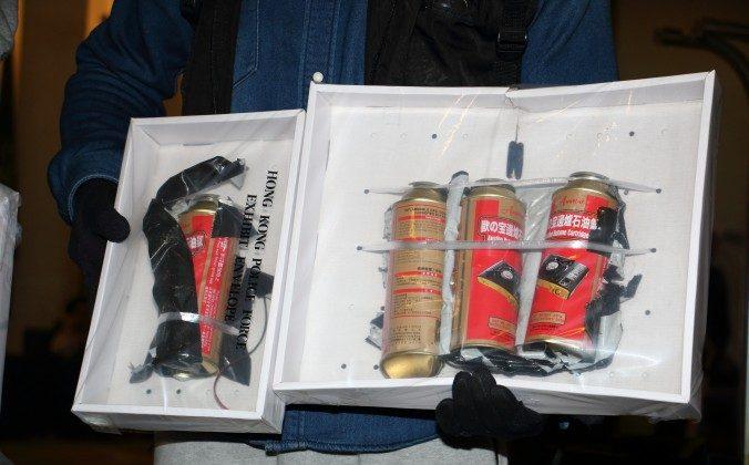 Офицер полиции Гонконга показывает поддельную бомбу, которую они нашли в отеле BP International в Гонконге 17 января 2016 г. (Кири Чой / Epoch Times) | Epoch Times Россия