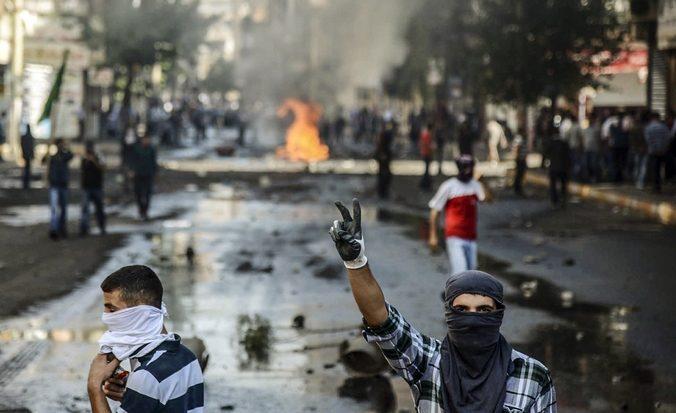 После столкновения курдов с бойцами турецкого ОМОНа в юго-восточном городе Диярбакыр, Турция, 7 октября, 2014 год. Фото: ILYAS AKENGIN/AFP/Getty Images | Epoch Times Россия