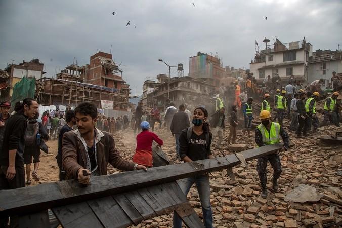Поиски спасателями выживших под обломками зданий после землетрясения, Непал, 25 апреля, 2015 год. Фото: Omar Havana/Getty Images | Epoch Times Россия