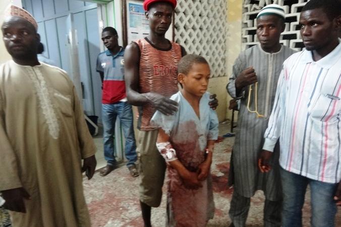 Пострадавшие от взрыва у мечети нигерийского города Кано доставлены на скорой помощи в больницу, Нигерия, 28 ноября, 2014 год. Фото: AMINU ABUBAKAR/AFP/Getty Images | Epoch Times Россия