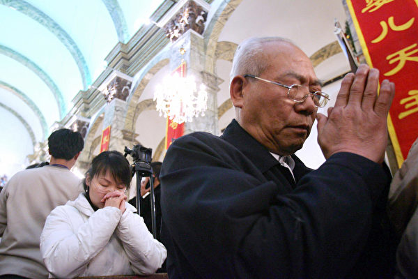 Китайские католики молятся во время рождественской мессы в соборе, Пекин, 24 декабря 2005 года. STR/AFP/Getty Images   Epoch Times Россия