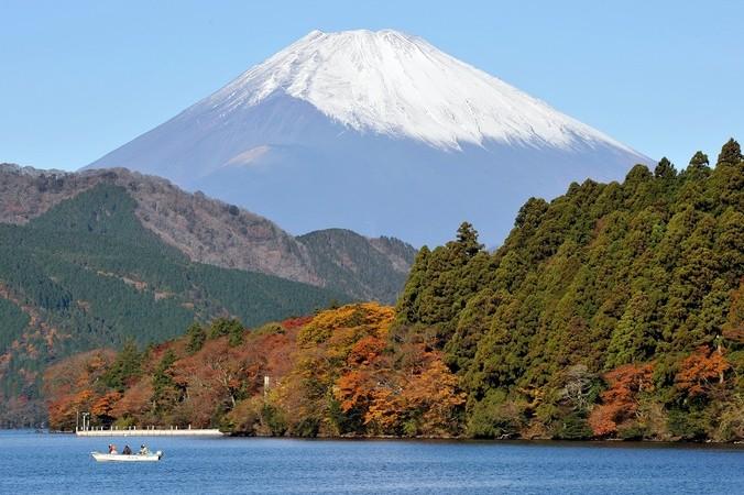 Озеро в районе курорта Хаконэ перед горой Фудзияма. Фото: TORU YAMANAKA/AFP/Getty Images | Epoch Times Россия