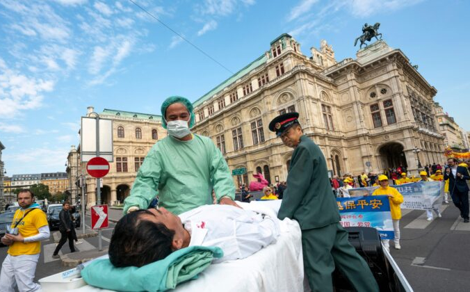 В Вене практикующие Фалуньгун проводят демонстрацию извлечения органов у заключенных узников совести в Китае во время акции протеста против импорта человеческих органов из Китая в Австрию 1 октября 2018 года. JOE KLAMAR/AFP via Getty Images   Epoch Times Россия