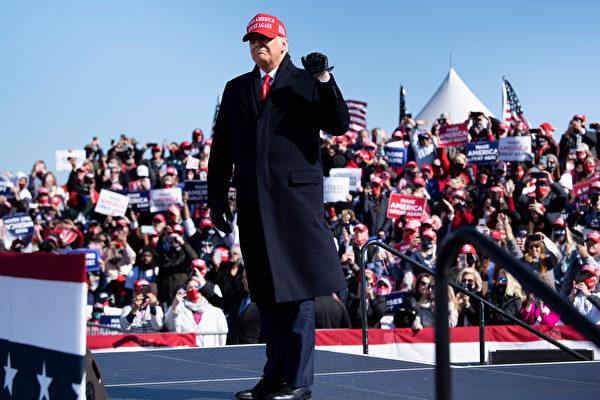 Президент США Дональд Трамп прибыл на митинг «Сделаем Америку снова великой» в аэропорту Фейетвилля, Северная Каролина, 2 ноября 2020 года. BRENDAN SMIALOWSKI/AFP via Getty Images   Epoch Times Россия