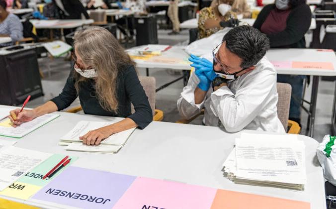 Работники избирательных комиссий округа Гвиннет обрабатывают бюллетени во время пересчёта голосов президентских выборов 2020 года в Лоуренсвилле, штат Джорджия, 16 ноября 2020 года. Megan Varner/Getty Images   Epoch Times Россия