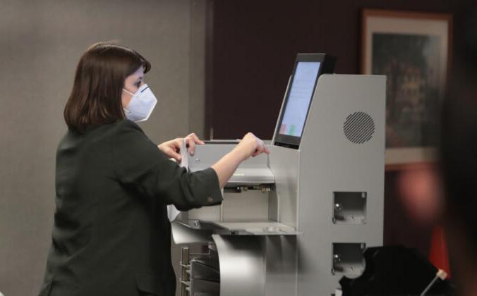 Работник избирательной комиссии собирает результаты подсчёта бюллетеней, отправленных по почте, в машине для голосования в Милуоки, штат Висконсин, 4 ноября 2020 года. Scott Olson/Getty Images | Epoch Times Россия