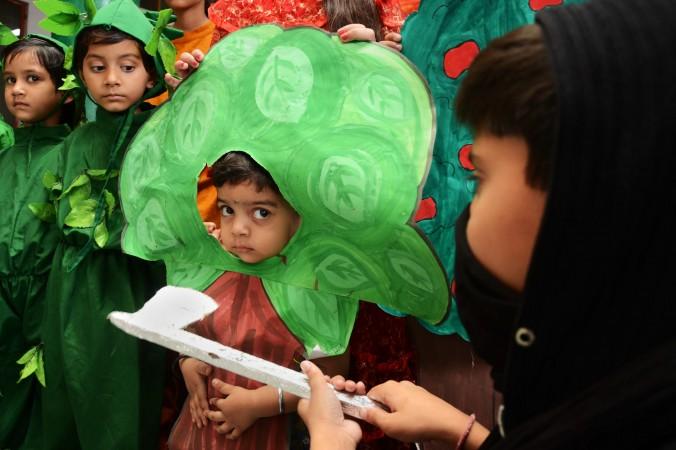 5 июня. Индийские школьники в костюмах деревьев приняли участие в мероприятии, чтобы выделить экологические проблемы накануне Всемирного дня окружающей среды в Амритсаре, Индия. Фото: Narinder Nanu/AFP/Getty Images | Epoch Times Россия