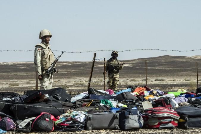 Египетские солдаты охраняют багаж и вещи погибших пассажиров российского авиалайнера A321, собранные на месте падения в Вади аль-Zolomat , в горном районе в Синайского полуострова в Египте, 1 ноября 2015 года. Фото: KHALED DESOUKI/AFP/Getty Images | Epoch Times Россия