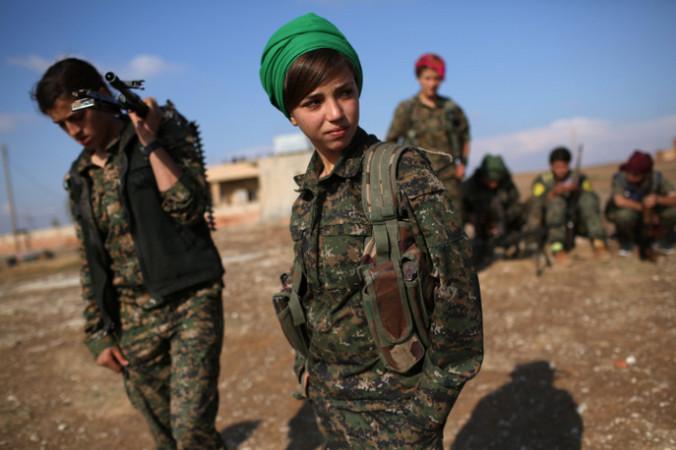 Курды, в том числе и женщины, активно сражаются против террористической группировки «Исламское государство». Фото: John Moore/Getty Images | Epoch Times Россия