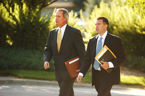 Адвокаты предполагаемой жертвы по делу Коби Брайанта, Лин Вуд (слева) и Джон Клун, идут в Центр правосудия округа Игл 16 августа 2004 года. Thomas Cooper/Getty Images | Epoch Times Россия