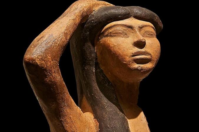 Исис, горюющая по Осирису (поднятая правая рука над головой — типичный знак оплакивания). Редкий экземпляр египетской терракотовой скульптуры. Фото: Public Domain | Epoch Times Россия