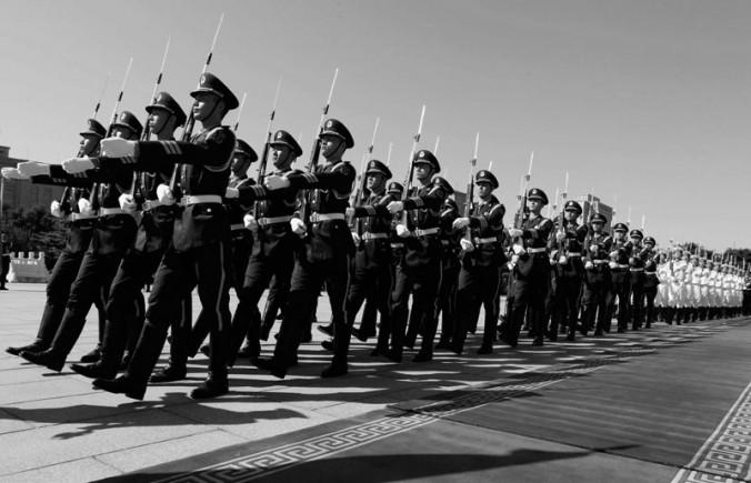 Китайские военные маршируют перед министром обороны США Леоном Панеттой, Пекин, Китай, 2012 год. Фото: Larry Downing/Getty Images   Epoch Times Россия