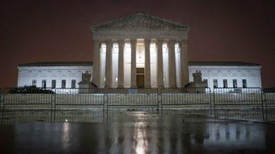 Скандал в Верховном суде США и решение не в пользу Трампа. Сотрудник суда рассказал, что услышал за закрытыми дверями