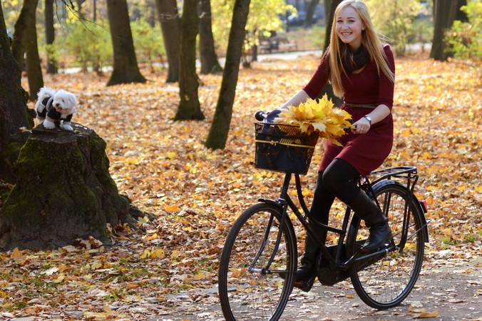 Внимание — на велосипеде дама! Фото: YURIY DYACHYSHYN/AFP/Getty Images | Epoch Times Россия