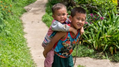 Отец-одиночка пришёл в школу в женском платье. Зато его сыновья участвовали в празднике «День матери»