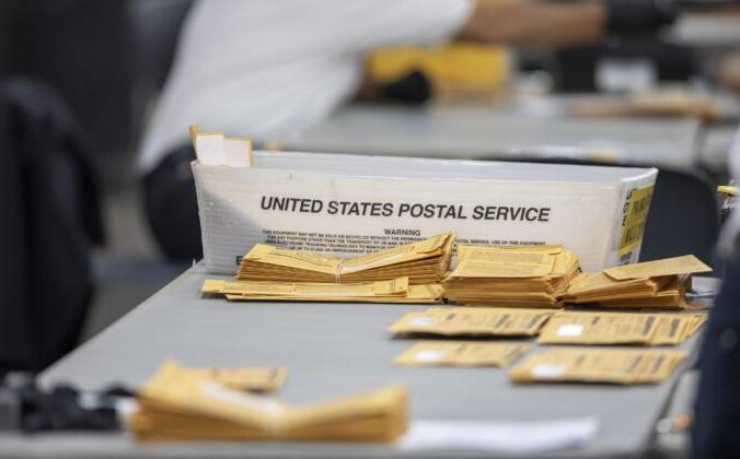 Бюллетени для заочного голосования лежат на столе в ожидании обработки в Кобо-центре, Детройт, штат Мичиган, 4 ноября 2020 года. Elaine Cromie/Getty Images   Epoch Times Россия
