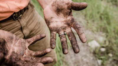 Строитель в грязной одежде зашёл в магазин и столкнулся с высокомерным высказыванием в свой адрес. Но не стал ругаться и ответил как джентльмен!