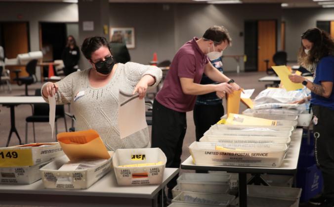 Работники избирательных комиссий подсчитывают бюллетени для заочного голосования в Милуоки, штат Висконсин, 4 ноября 2020 года. Scott Olson/Getty Images | Epoch Times Россия