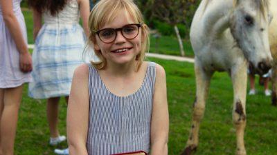 11-летняя девочка из детдома узнала, что её удочерили. Посмотрите, как выглядит счастье!