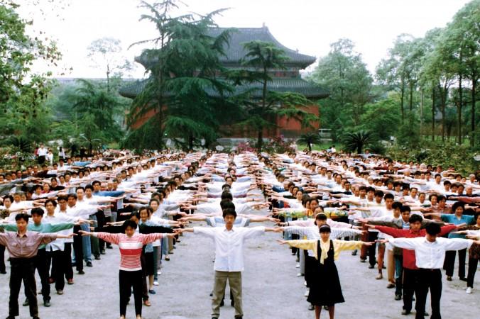 Последователи Фалуньгун делают упражнения в городе Чэнду китайской провинции Сычуань до начала преследования в 1999 году. Фото: Minghui   Epoch Times Россия