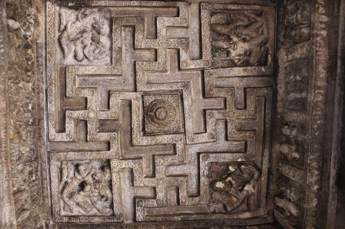 Свастика в пещерном храме (IX век) в Бадами, Индия. Фото: Великая эпоха   Epoch Times Россия